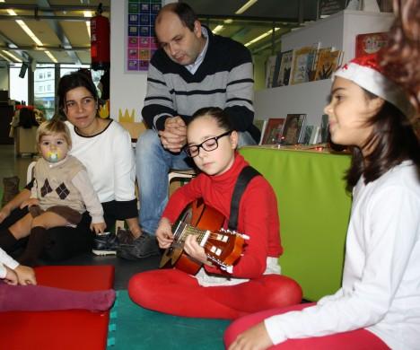 Una de las cosas que más disfrutamos de la navidad es ver la ilusión con la que los niños viven estas fechas mágicas. Aún son pequeños para entender el sentido de las fiestas pero sus sentidos pueden acercarlos a mucha diversión. Escuchar música, leer en voz alta vuestros cuentos preferidos de Navidad, cantar canciones... son maneras fantásticas de disfrutar juntos de estas fechas.