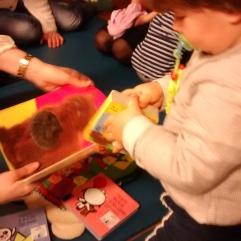Nenos lendo contos no noso Bebencontro do 31 de xaneiro
