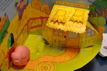 Casa de paja y cerdito pequeño