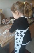 Nena amasando pan